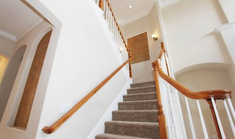 Pose de moquette et tapis sur un escalier béton ou bois à Pessac DANTAS Sols & Peintures