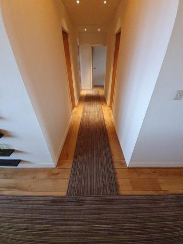 Pose et installation de chemin de moquette sur un plancher bois dans un spa à Martillac