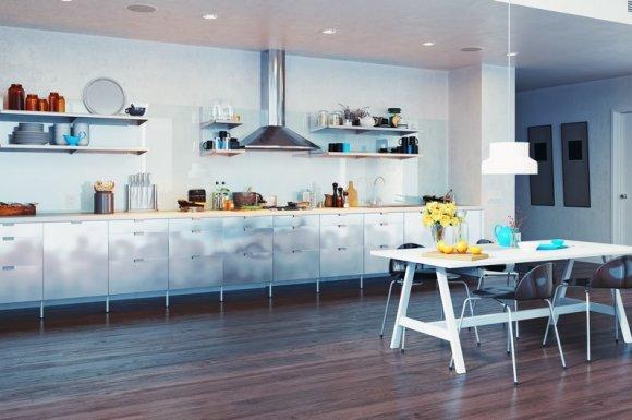 Professionnel pour la pose de parquet flottant dans une cuisine