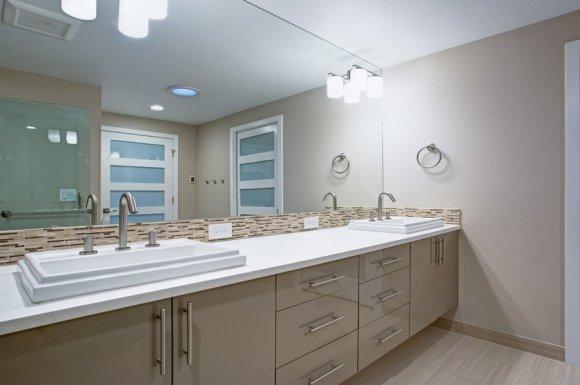 Professionnel pour la pose de peinture mate dans une salle de bain