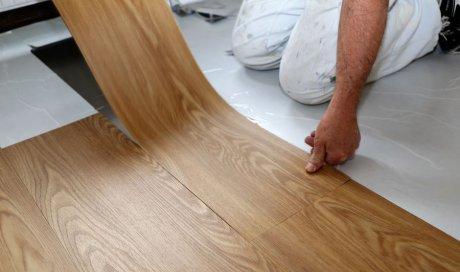 Entreprise pour la pose de sol souple en PVC dans un salon